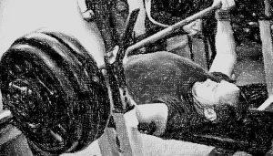 Esercizio di sollevamento alla panca piana